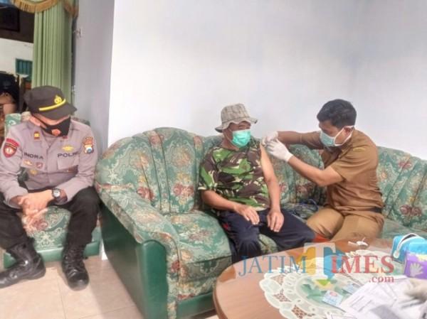 Proses vaksinasi jemput bola yang dilakukan di Kecamatan Ampelgading (foto: Hendra Saputra/MalangTIMES)