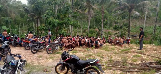 Sejumlah pemuda yang sempat diamankan polisi karena diduga melakukan aksi balap liar.(foto: istimewa)