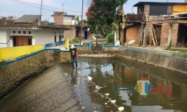 Sungai kebo yang mengeluarkan bau tak sedap di RW 2, Kelurahan Ngaglik, Kecamatan Batu. (Foto: Irsya Richa/MalangTIMES)