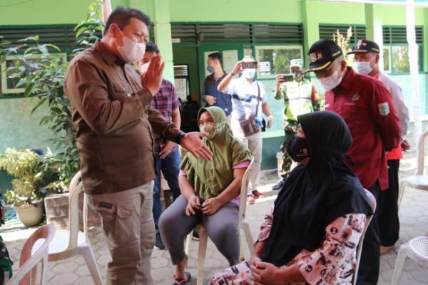 Wabup Malang Didik Gatot Subroto saat meninjau pelaksanaan vaksinasi beberapa waktu lalu.