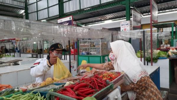 Ketua Komisi B DPRD Kota Malang Trio Agus Purwono (bertopi) saat bertemu pedagang di Pasar Klojen. (Foto: Istimewa).