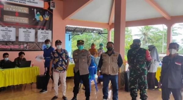 Muspika Gedangan yang dipimpin Camat Gedangan, Stefanus Lodewyk Horsayr saat meninjau pelaksanaan vaksinasi. (Foto: Istimewa).