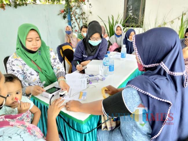 Proses screening awal warga Desa Sumbersuko sebelum divaksin.(Foto: Riski Wijaya/MalangTIMES)