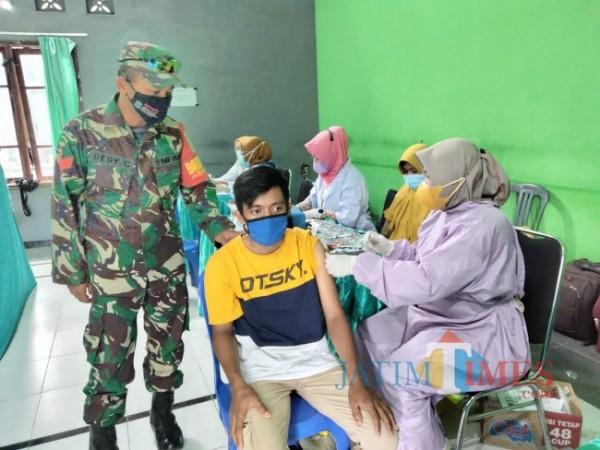 Proses vaksinasi di Desa Sumbersuko Kecamatan Tajinan.(Foto: Riski Wijaya/MalangTIMES)
