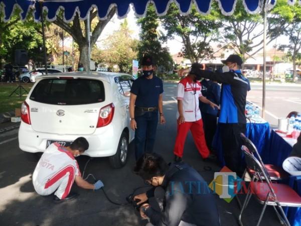 Suasana uji emisi kendaraan roda empat di Jalan Simpang Balapan, Kota Malang (foto: Hendra Saputra/MalangTIMES)