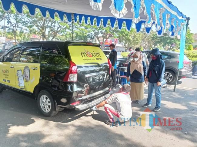 Uji emisi kendaraan roda empat yang diawasi langsung oleh DLH Kota Malang (foto: Hendra Saputra/MalangTIMES)