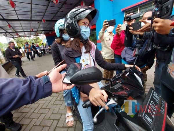 Calon peserta vaksinasi drive thru Polresta Malang Kota yang gagal ikuti vaksinasi di Halaman Parkir Stadion Gajayana Malang, Rabu (6/10/2021). (Foto: Tubagus Achmad/JatimTIMES)