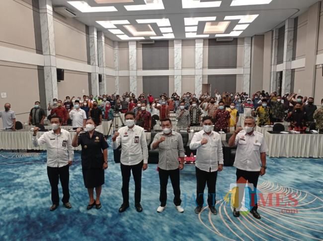 Foto bersama pejabat Pemkab Malang bersama peserta sosialisasi gempur rokok ilegal (foto: Hendra Saputra/MalangTIMES)