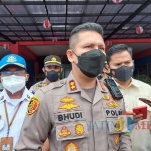 Digelar saat Patroli Malam, Polresta Malang Kota Suntikkan Vaksin Sinovac Bagi Belasan Tunawisma