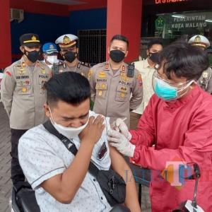 Vaksinasi Drive Thru Perdana Digelar, Polresta Malang Kota Sediakan 50 Dosis Vaksin Sinovac