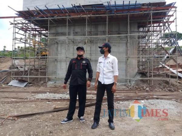 Kepala Bidang Bina Marga Eko Setyo Mahanani (baju putih) saat memantau pembangunan jembatan Tlogomas. (Anggara Sudiongko/MalangTIMES)
