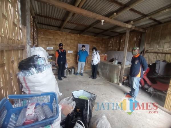 Koordinator tim juri 2 lomba Kampung Bersinar, Wasto (paling kiri) saat melihat bank sampah di RW 09 Kelurahan Merjosari (foto: Hendra Saputra/MalangTIMES)