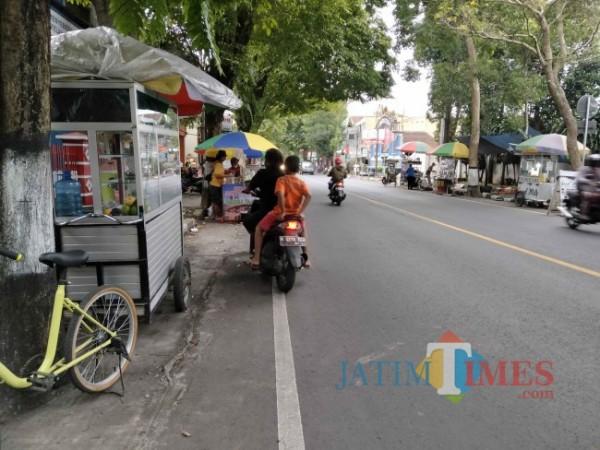 PKL yang ada di sekitar JL. Ahmad Yani Kelurahan Ardirejo Kecamatan Kepanjen Kabupaten Malang. (Foto: Riski Wijaya/ MalangTIMES).