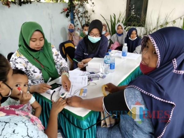 Pelaksanaan vaksinasi di Desa Sumbersuko, Kecamatan Tajinan.(Foto: Riski Wijaya/MalangTIMES).