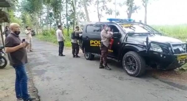 Polisi saat mencoba meledakkan satu mortir hasil temuan warga (foto: istimewa)