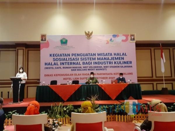Sosialisasi Sistem Manajemen Halal Internal Bagi Industri Kuliner di Idjen Suites Hotel, Kamis (6/10/2021). (Arifina Cahyanti Firdausi/MalangTIMES).