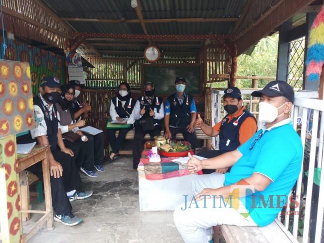 Tim juri lomba Kampung Bersinar saat melepas penat usai melakukan penilaian (foto: Hendra Saputra/MalangTIMES)