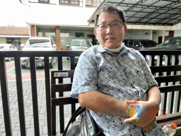 Toni Surya Hartono Tioe, nasabah Koperasi AP yang merasa ditipu oleh Pengawas Koperasi AP, saat ditemui sesaat sebelum persidangan. (Foto:Riski Wijaya/ MalangTIMES).