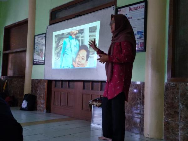 Pemaparan materi teamworks oleh Berliana Ramadhanti yang di ikuti oleh anak panti asuhan Ar-Rahman