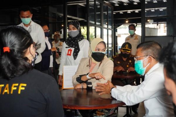 Wali Kota Batu Dewanti Rumpoko saat mendatangi salah satu kafe di Kota Batu. (Foto: Istimewa)