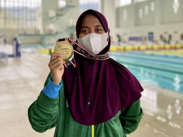 Nafa Amadea atlet cabor Selam dari Kota Batu menunjukkan medali emas di Kolam Renang Arena Akuatik Kampung Harapan, Kabupaten Jayapura, Kamis (7/10/2021). (Foto: istimewa)