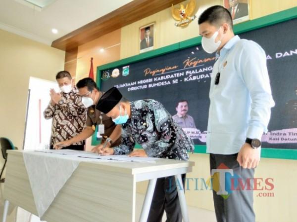 Penandatanganan MoU antara Ketua AKD Kabupaten Malang Hasan Bashori dengan Kepala Kejari Kabupaten Malang Edi Handoyo.(Foto: Riski Wijaya/MalangTIMES).