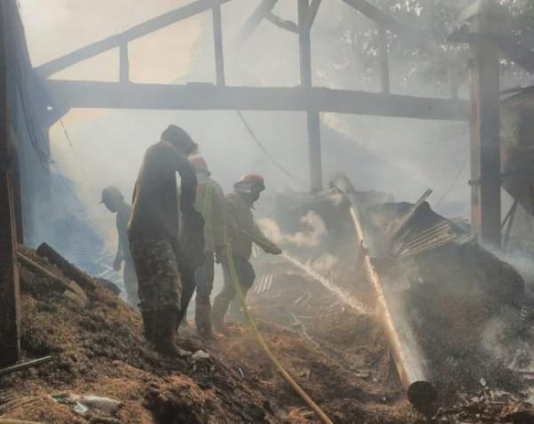 Petugas Damkar Kabupaten Malang saat memadamkan api (foto: Damkar Kabupaten Malang for MalangTIMES)