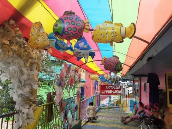 Salah satu destinasi wisata kampung tematik Kampung Warna-Warna Jodipan di Kota Malang. (Foto: Arifina Cahyanti Firdausi/MalangTIMES).