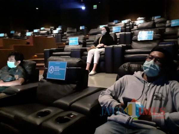 Suasana menonton di salah satu Bioskop dengan pembatsan jarak di Kota Malang di masa PPKM Level. (Arifina Cahyanti Firdausi/MalangTIMES).