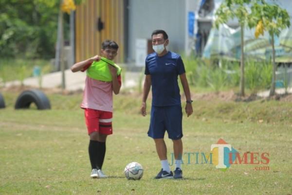 Tony Ho saat melatih pemain Persedikab Kediri.(Foto: Eko Arif S/JatimTIMES)