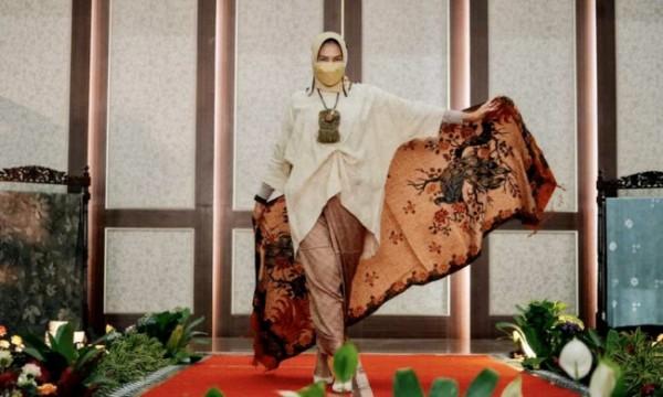 Wali Kota Batu saat menunjukkan karya batik warganya sambil fashion show, Graha Pancasila Balai Kota Among Tani, Kamis (7/10/2021). (Foto: istimewa)