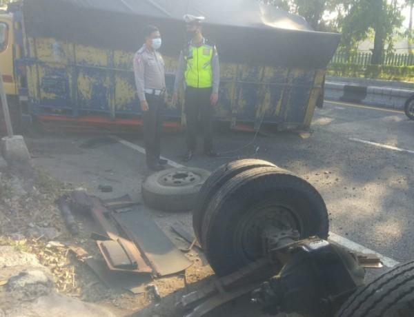 Anggota Satlantas Polres Malang saat melakukan pengamanan pada laka tunggal truk di Singosari. (foto: Satlantas Polres Malang for MalangTIMES)