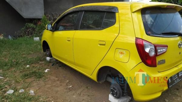Kondisi ban mobil Lili yang sudah hilang terparkir di Lapangan Bola RT 1 RW 11, Jalan Gondorejo, Dusun Gondorejo, Desa Oro-oro Ombo, Kecamatan Batu, Kota Batu. (Foto: Irsya Richa/ MalangTIMES)