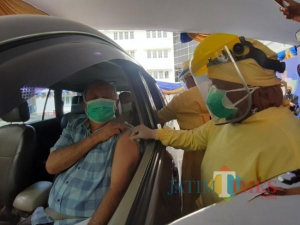 Pelaksanaan vaksinasi Covid-19 bagi Lansia di Kota Malang secara drive thru beberapa waktu lalu. (Foto: Arifina Cahyanti Firdausi/MalangTIMES).