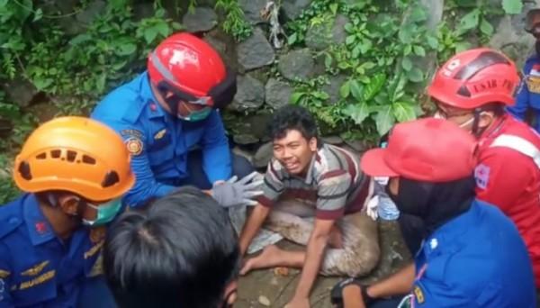 Pelaku pencurian mobil boks yakni Dani Setiawan (tengah) yang nekat lompat ke Sungai Brantas di dekat kawasan Pasar Splendid Kota Malang, Kamis (7/10/2021). (Foto: Istimewa)