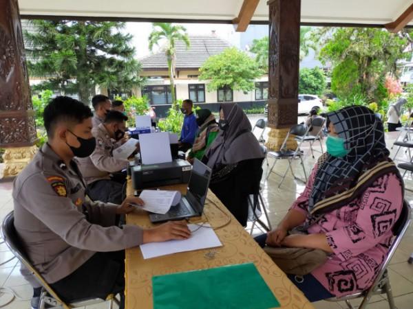 Suasana pendataan PKL oleh anggota Polres Malang (foto: Humas Polres Malang for MalangTIMES)