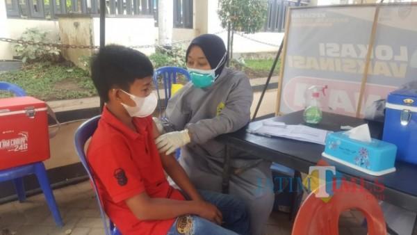 Suasana vaksinasi di Desa Sengguruh (foto: Hendra Saputra/ MalangTIMES)