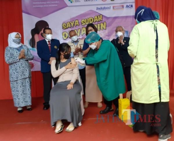 Vaksinasi Covid-19 kepada Ibu Hamil di Kota Malang beberapa waktu lalu. (Arifina Cahyanti Firdausi/MalangTIMES).