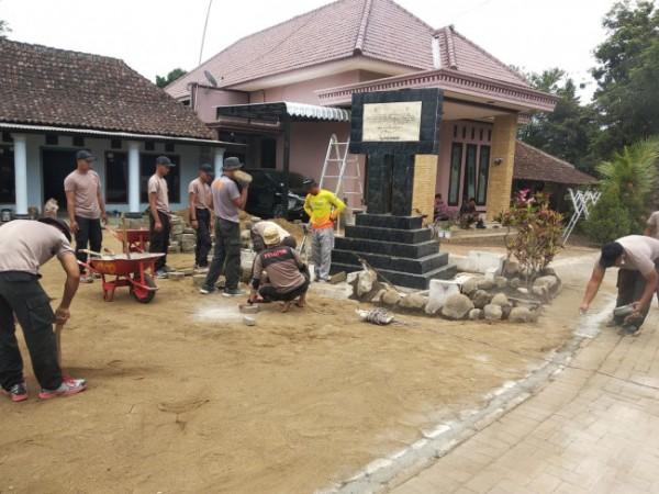 Anggota Batalyon B Pelopor Sat Brimob Polda Jatim saat melakukan perbaikan di area monumen penanda bekas markas komando gerilya mobil brigade tahun 1949 di Desa Ngembal, Kecamatan Wajak, Kabupaten Malang. (Foto: Batalyon B Pelopor Sat Brimob Polda Jatim)