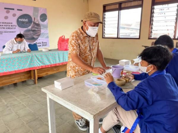 LPPM Unesa bekerjasama dengan SMA Islam Batu menyelenggarakan pelatihan pembuatan cangkir keramik (Ist)