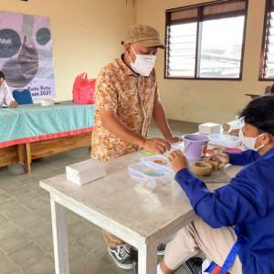 Buat Siswa Kian Terampil, LPPM Unesa Bersama SMA Islam Batu Gelar Pelatihan Pembuatan Cangkir Keramik