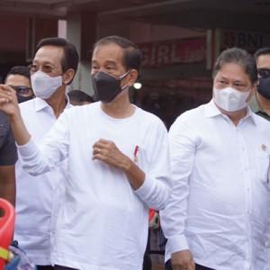 Presiden Jokowi Didampingi Menko Airlangga Resmikan Bantuan Tunai Warung dan PKL di Yogyakarta