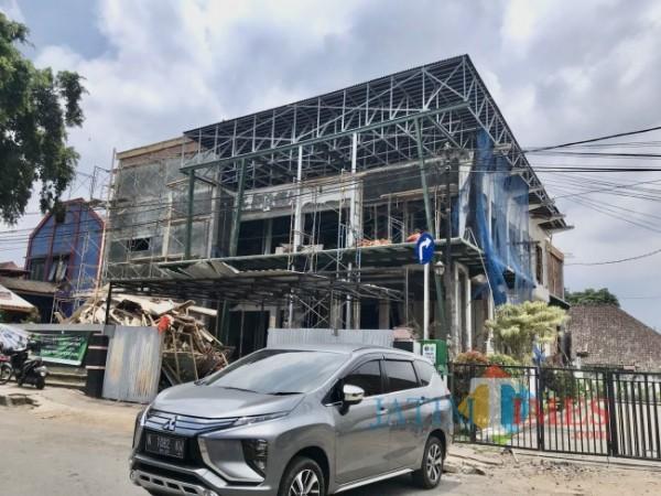 Proses pembangunan perpustakaan Kota Batu di Jalan Kartini, area Alun-Alun Kota Batu, Kecamatan Batu, Kota Batu. (Foto: Irsya Richa/MalangTIMES)