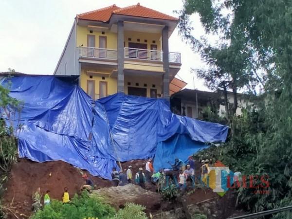 Salah satu longsor yang berdekatan dengan rumah warga di Desa Gunungsari, Kecamatan Bumiaji. (Foto: Irsya Richa/MalangTIMES)