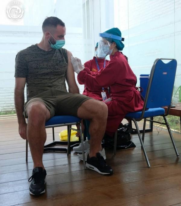 Stopper Arema FC, Sergio Silva saat disuntik vaksinasi khusus (foto: official Arema FC)