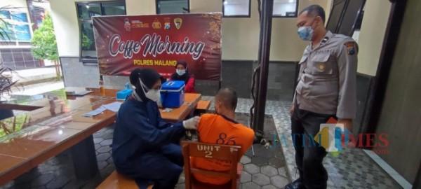 Suasana vaksinasi yang dilakukan kepada tahanan di Polres Malang (foto: Hendra Saputra/MalangTIMES)