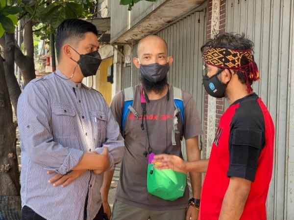 Anggota Komisi C DPRD Kota Malang, Ahmad Fuad Rahman (paling kiri) saat meninjau kegiatan aksi tangkal vandalisme di kawasan Kayutangan Heritage. (Foto: Istimewa).