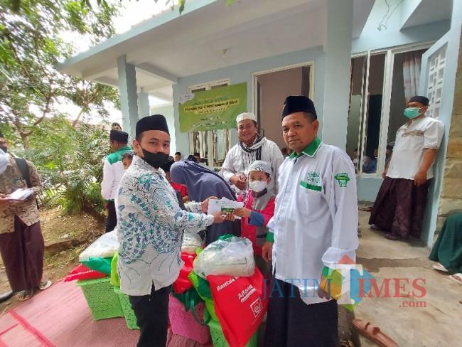 GM JatimTIMES Heryanto saat memberikan bantuan kepada anak yatim.