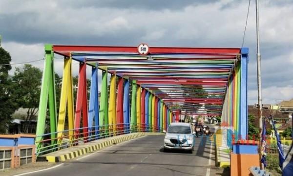 Jembatan Kali Lanang dicat warna-warni di Kota Batu. (Foto: Irsya Richa/MalangTIMES)