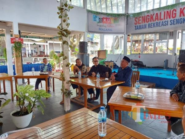 Ketua Tanfidziyah PWNU Jawa Timur KH Marzuqi Mustamar (dua dari kanan) bersama para alumni Bahasa Arab IAIN Malang tahun 1989/1990 di Sengkaling Kuliner, Minggu (10/10/2021). (Foto: Tubagus Achmad/JatimTIMES)